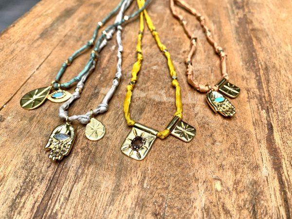 Collier amulette fil de soie